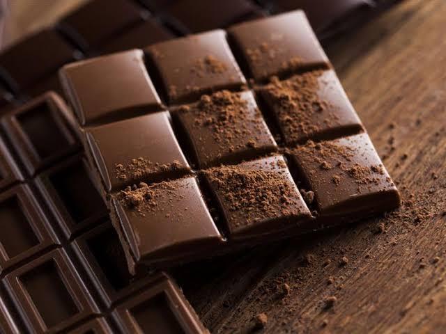 الشيكولاتة الداكنة لعلاج الم الدورة الشهرية وتحسين المزاج