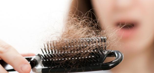 المعدل الطبيعي لتساقط الشعر يتراح ما بين 50 الى 100 شعرة يوميا