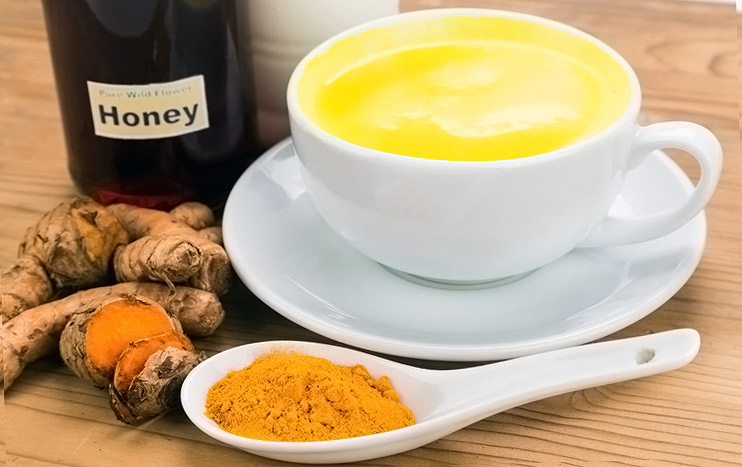 مشروب الكركم مع الحليب وعسل النحل