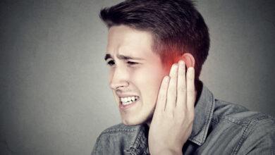 شخص يتألم بسبب اذنه اليسرى